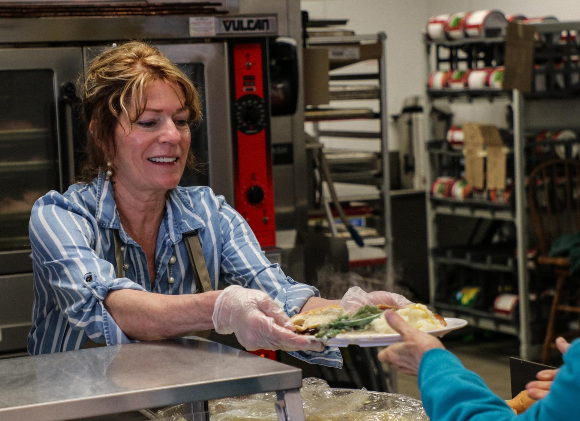 volunteer to feed homeless